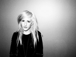 Ellie Goulding glum