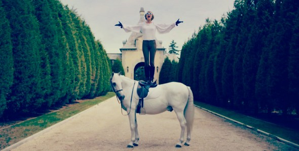 taylor-swift-on-a-horse